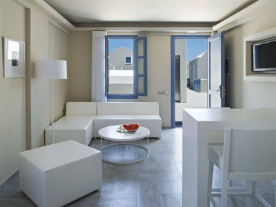 ACROTERRA ROSA LUXURY SUITES 4*